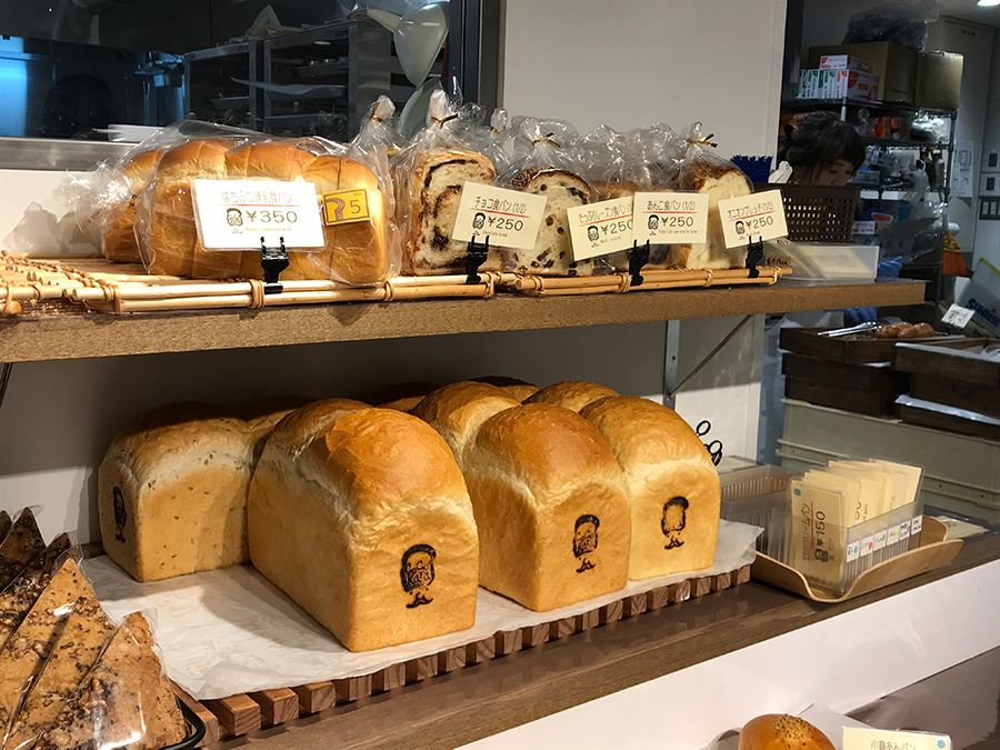 粉こから店内食パンの種類多い!